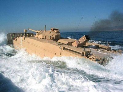 Амфибийная машина, скользящая по волнам