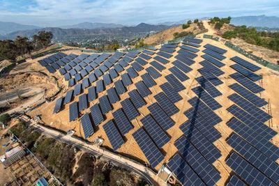 Холм с солнечной зарядкой в лос-анджелесе