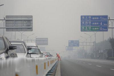 Из-за опасного уровня смога впекине перекрыли 18автомагистралей
