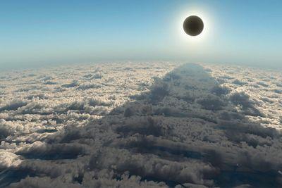 Как смотреть солнечное затмение: сборта самолета, через дуршлаг или телескоп
