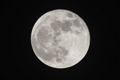 Магнитное поле луны существовало на миллиард лет дольше, чем считалось ранее