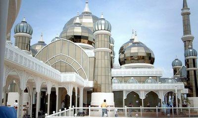 Мечеть с ветряными турбинами в минаретах