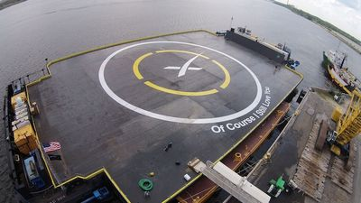 Первая ступень ракеты фалькон впервые успешно приземлилась наплатформу вокеане