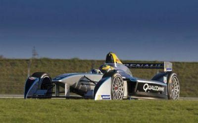 Первый автомобиль класса formula-e, spark-renault srt_01e, выходит на гоночную трассу