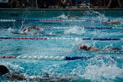 Пловцы обеспечивают освещение всего бассейна