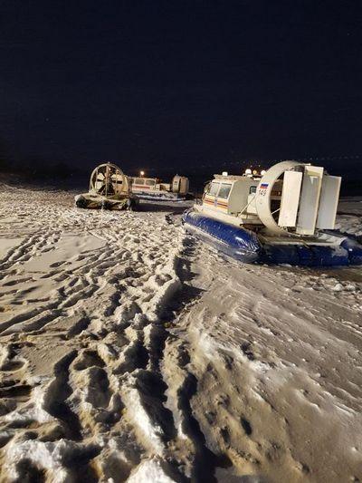 Сахалинские спасатели сняли с льдины пятерых рыбаков