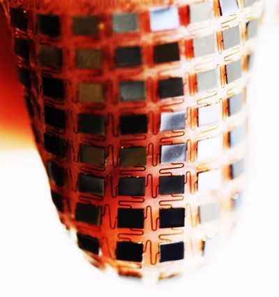 Самозаряжаемый аккумулятор растягивается на коже для зарядки носимых устройств