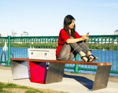 Умные солнечные скамейки установят в бостоне
