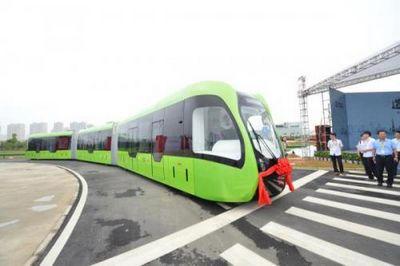 В китае показали пассажирское транспортное средство, представляющее собой гибрид автобуса и трамвая
