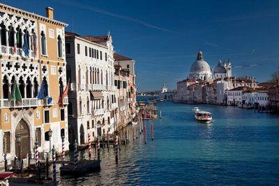 В венеции появилась скульптура гигантских рук — как послание о важном