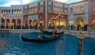 В венеции туристы угнали гондолу